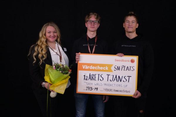 """Tanja Hjertquist delar ut pris i kategorin """"Årets tjänst"""" på UF-mässan 2019."""