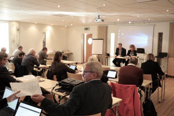 Bilden visar ledamöter under möte med förbundsdirektionen.