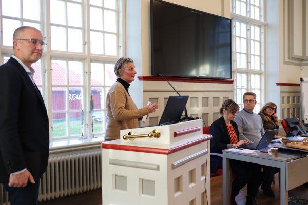 Bild på föreläsare med flera på direktionsmötet