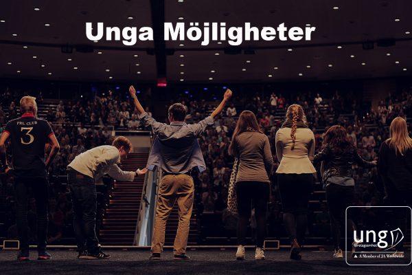 Unga människor på en scen framför publik.