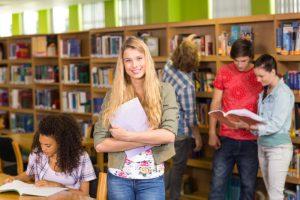 Skolelever i ett skolbibliotek