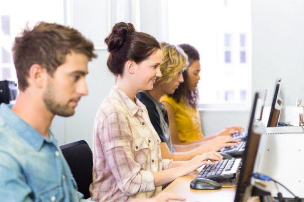 Elever som sitter framför datorskärmar