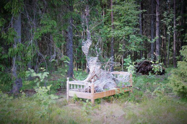 """Konstverket """"Sängen"""" ser ut som en säng som är utplacerad i en skog."""