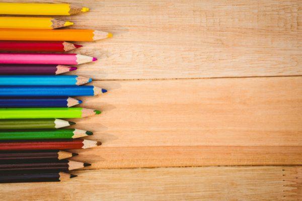 Närbild på färgpennor