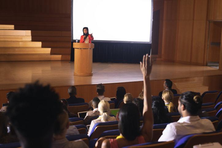 En kvinna föreläser inför publik