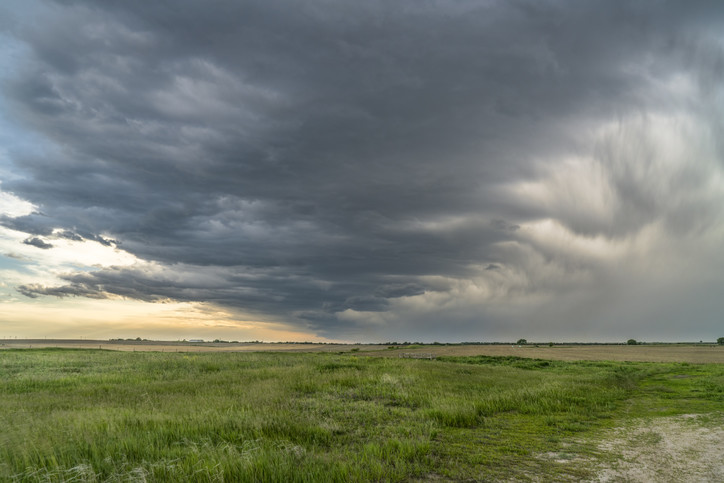 Mörka mpln på himlen över ett platt landskap