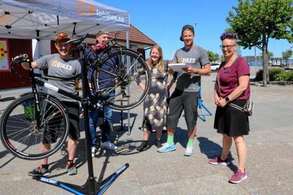 Ett antal personer vid en ambulerande cykelverkstad