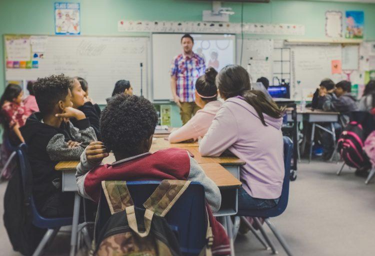 Elver och lärare i ett klassrum