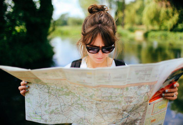 En kvinna läser en karta